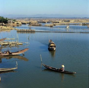 Thương em anh cũng muốn vô  Sợ truông nhà Hồ, sợ phá Tam Giang