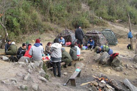 Cuối chiều, dựng lều ở độ cao 2.100 mét