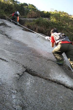 Đu dây để vượt qua vách đá dựng đứng, trên là điểm cao 2.900 m, dưới là vực sâu.