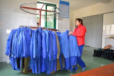 Quần áo bảo hộ lao động được giặt giũ cẩn thận cho công nhân