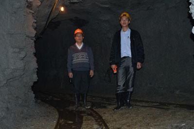 Các lãnh đạo mỏ kiểm tra đường lò