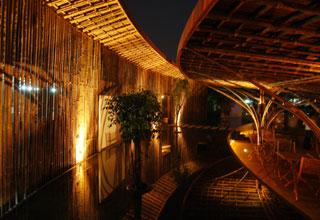 Toàn bộ nguyên liệu xây dựng quán là từ 7.000 cây tầm vông