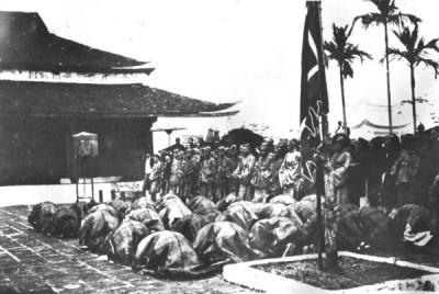 Các tân khoa bái tạ tại Văn Miếu xưa. Ảnh: hueworldheritage.org.vn