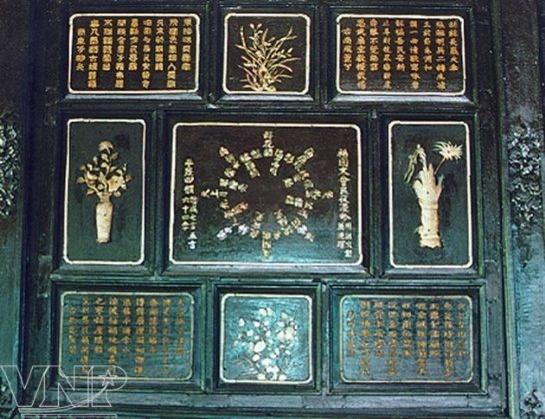 Trang trí khảm – thi họa – hoa văn ở ô hộc ở điện Long An.
