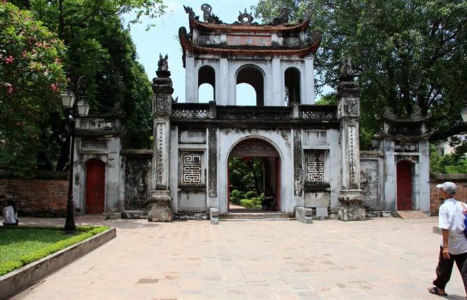 """Cổng Văn Miếu xây kiểu Tam quan, trên có 3 chữ """"Văn Miếu Môn"""" kiểu chữ Hán cổ xưa."""
