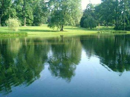Giữa rừng có một hồ nước rộng mênh mông đến 100ha, tạo nên một không gian sảng khoái của nước, của gió hòa quyện với nhau.