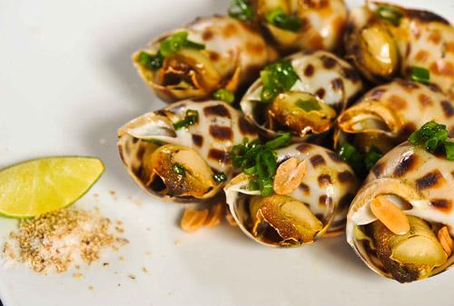 Món ngon Sầm Sơn: Ốc hương nướng.