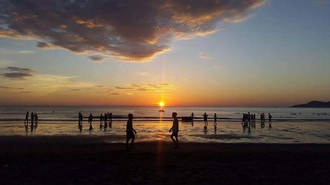 Hoạt động vui chơi hấp dẫn: Ngắm bình minh trên bãi biển.