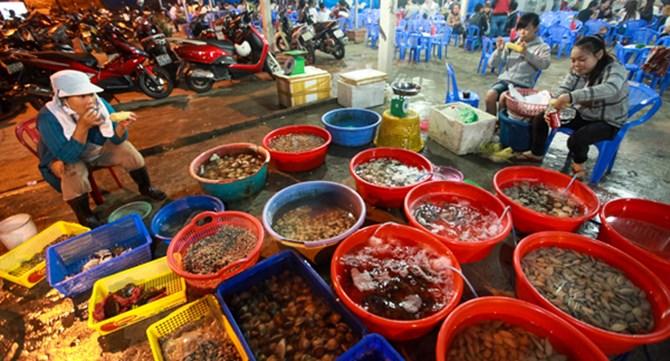 Hoạt động vui chơi hấp dẫn: Đi chợ hải sản ở Sầm Sơn.