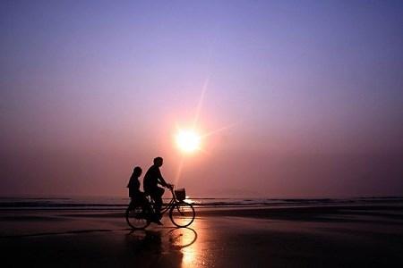 Hoạt động vui chơi hấp dẫn: Đạp xe trên bãi biển