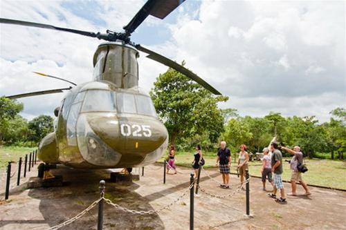 Máy bay vận tải CH-47 trưng bày trong khuôn viên di tích sân bay Tà Cơn