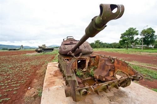 Cận cảnh một chiếc xe tăng Mỹ tại chiến trường Khe Sanh - Ảnh: Tiến Thành