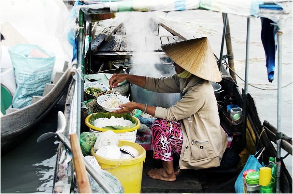 Chợ luôn tất bật từ sáng sớm tinh mơ.