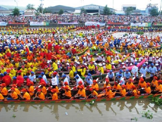 Lễ hội Ooc Om bok và đua ghe ngo vào tháng 9 âm lịch hàng năm.