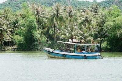 Tàu đưa khách tham quan sông Cái