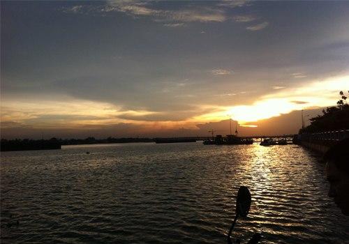 Ánh nắng cuối ngày như dát vàng lên dòng sông hiền hòa