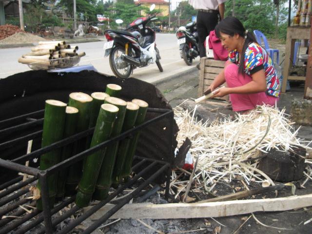 Chuẩn bị nướng cơm lam phục vụ khách du lịch.