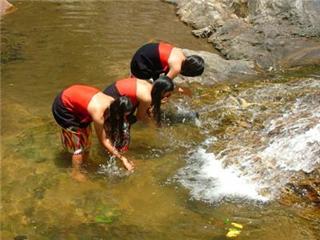Những cô gái dân tộc tắm suối