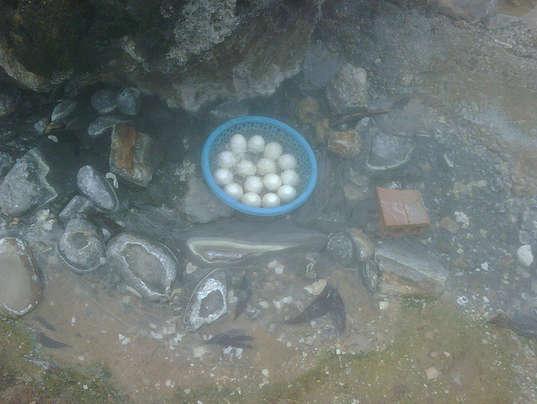Luộc trứng ở suối Bang