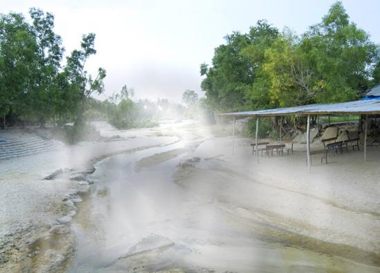 Đến suối Hội Vân vào những ngày lạnh trời, lúc sớm mai hơi nước bốc lên tụ lại thành những làn khói mây mờ mờ...