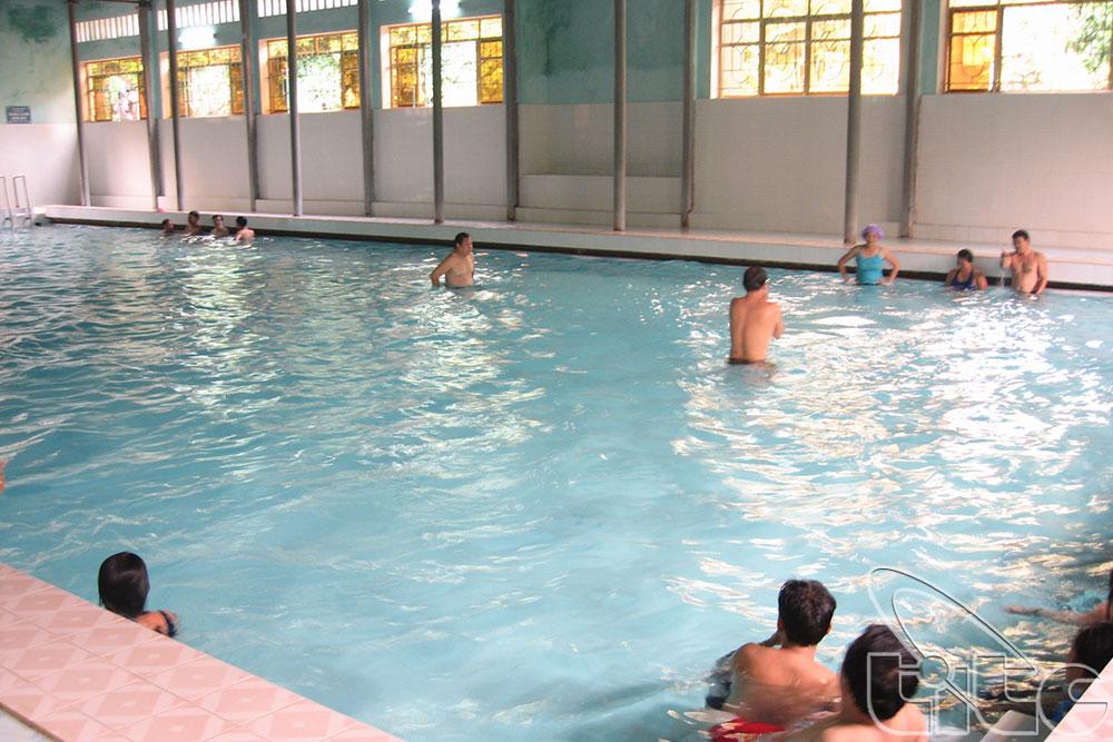 Du khách tắm trong bể bơi khoáng nóng trong nhà.