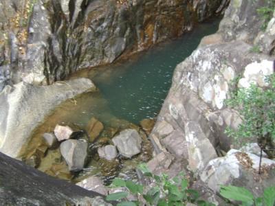 Dòng nước suối trong vắt trong những khe đá