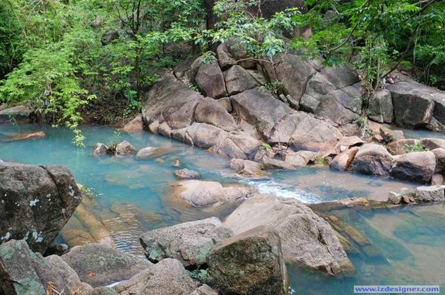 Nước suối xanh ngọc bích lạ lùng