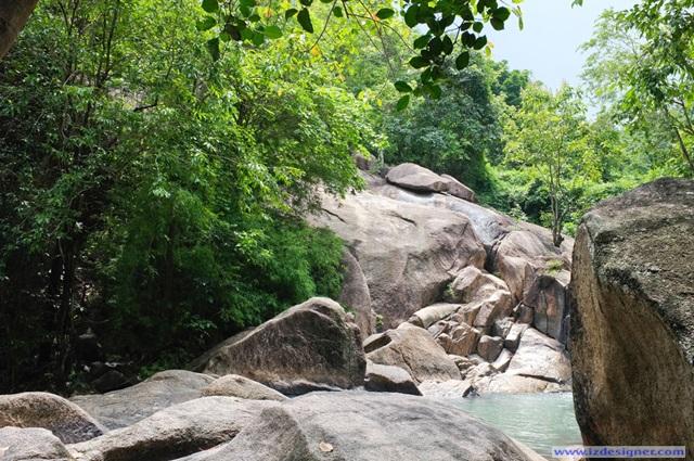 Nhiều đá gồ ghề quanh suối