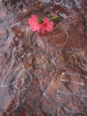 Nhiều phiến đá nơi đây trở thành nơi gửi lời yêu thương.