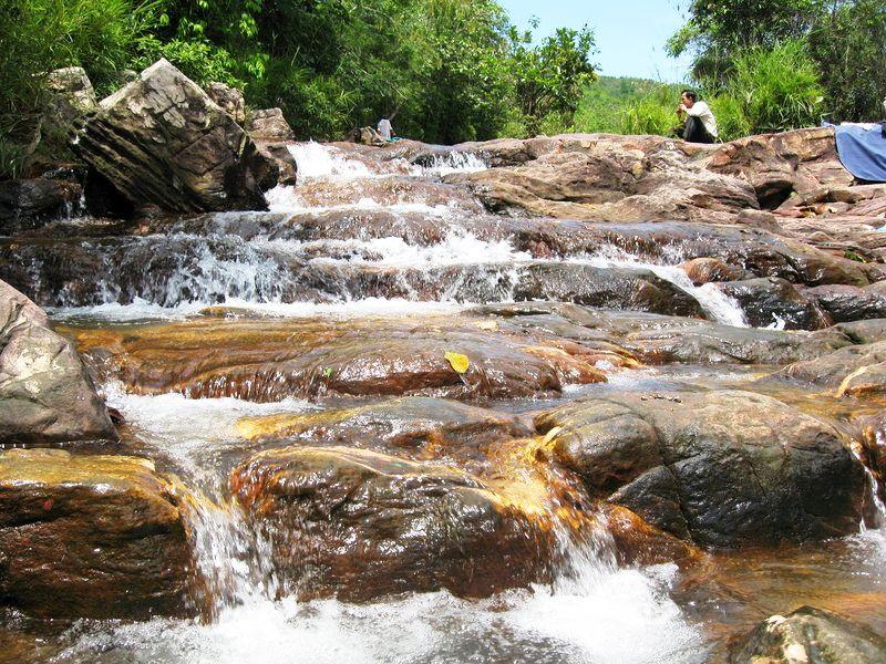 Suối Trúc nhiều nước và đẹp nhất từ tháng 6 đến tháng 10 âm lịch.