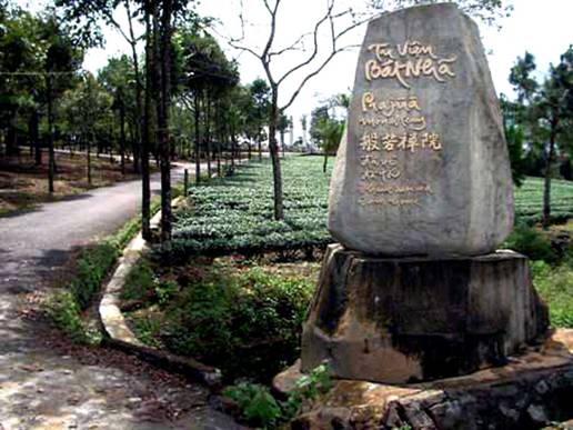 Tu Viện Bát Nhã toạ lạc trên một ngọn đồi cao có diện tích 18 hecta thuộc thôn 10 , xã Damb'ri, thị xã Bảo Lộc, tỉnh Lâm Đồng.