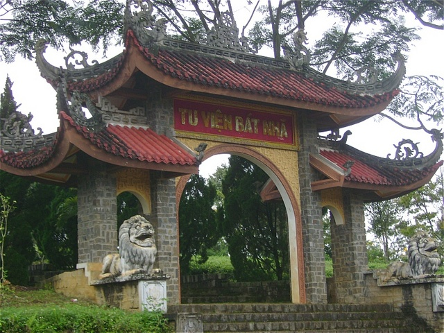 Công trình có nét kiến trúc độc đáo mang màu sắc Á Đông với mái ngói 2 tầng cong vút cổ kính