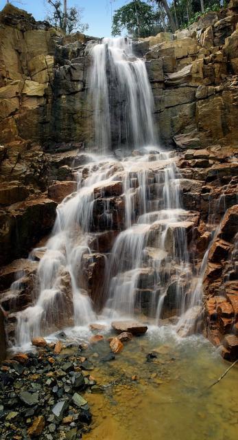 Xa xa về phía Bắc là thác Ankroet, cách Đà Lạt 18km.