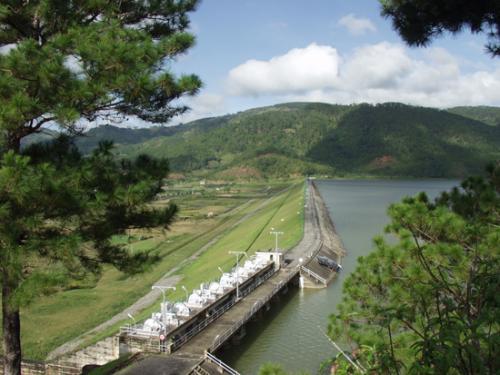 Đây là một hồ nước trong xanh được hình thành từ công trình thủy điện Đa Nhim và một ngọn đèo uốn lượn nằm trong khu vực chuyển tiếp giữa đồng bằng ven biển Nam Trung Bộ với cao nguyên Đà Lạt