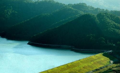 Từ trên đèo nhìn xuống, khung cảnh mới kỳ thú với con dốc thăm thẳm, với toàn cảnh của nhà máy thủy điện Đa Nhim, với hồ nước rộng trong xanh và bờ cát dài trắng xóa.