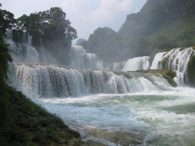 Thác Bản Giốc thuộc dòng Quây Sơn chảy từ Trung Quốc sang và hạ lưu lại đổ về Trung Quốc