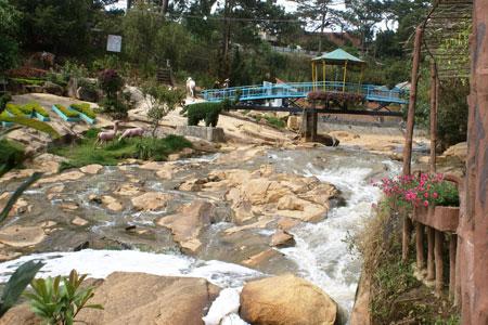 Nét độc đáo của thác Cam Ly là được trang trí nhiều cảnh vật và hình thức phụ