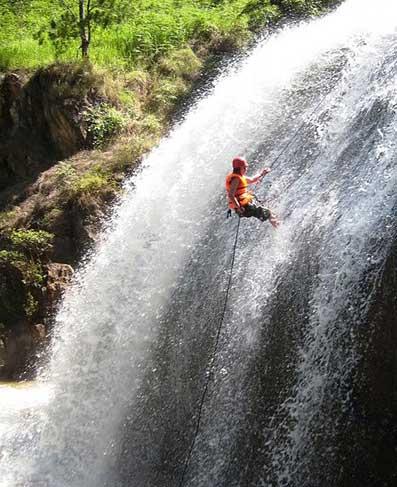Du khách tham gia leo dây mạo hiểm tại hang Tử Thần