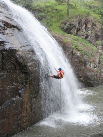 Du khách can đảm  xuống thác bằng dây leo