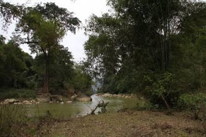 Trên thác Đầu Đẳng, dòng sông Năng hiền hòa trôi…