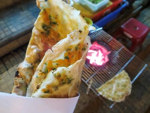 Nhắc đến những món ăn vặt trứ danh của Đà Lạt, ta không thể bỏ qua bánh tráng nướng.