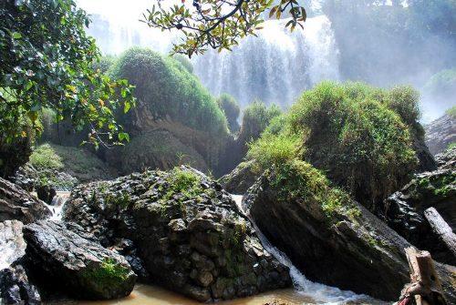 Những tảng đá tựa voi phục dưới chân thác
