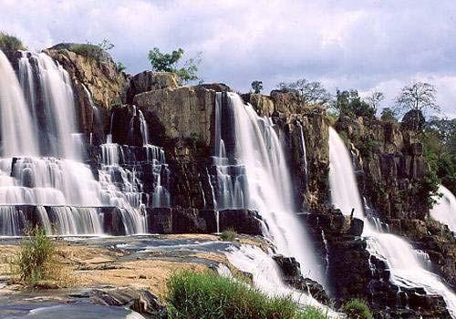 Thác Pongour thuộc huyện Đức Trọng, cách huyện lỵ 20km và xa trung tâm thành phố Đà Lạt 50 km