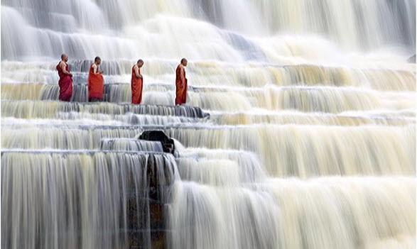 Nước thác tung lên thành các bức tường bọt trắng dày xốp và thành những đám mây hơi nước khổng lồ bao trùm lên khắp mặt sông.