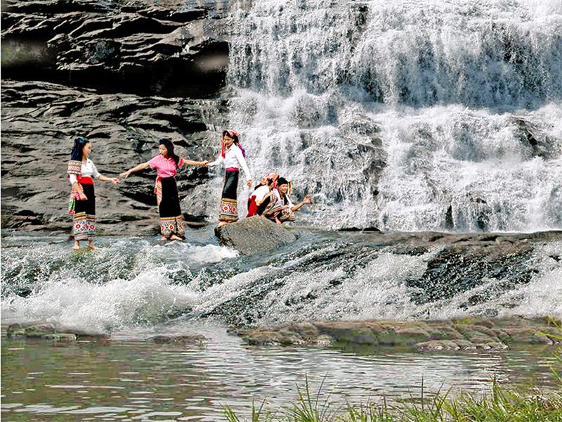 Những cô gái Thái đang vui đùa bên thác Sao Va