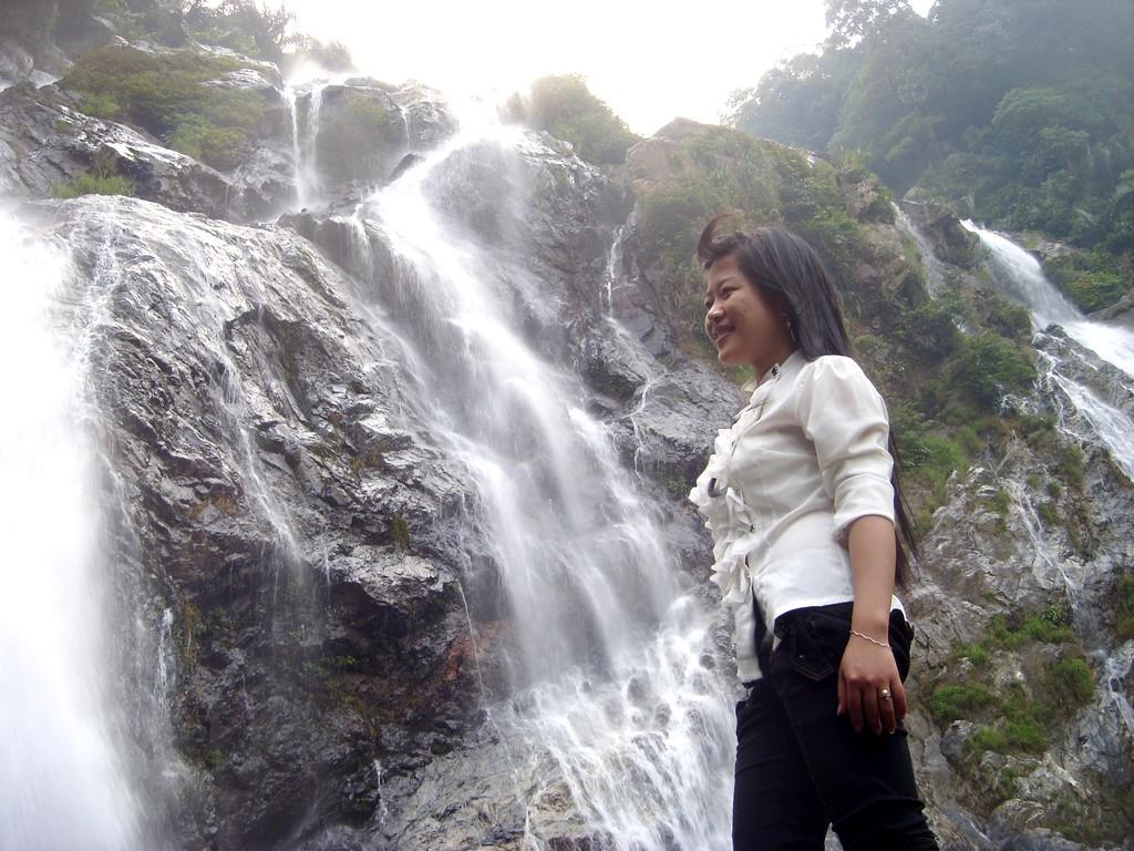 Dưới chân thác có hồ nước sâu tự nhiên rộng hàng trăm mét vuông, xanh biếc và mát lạnh