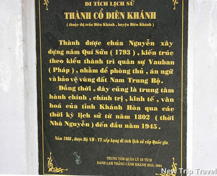 Bia tưởng niệm thành cổ Diên Khánh ở cổng Đông.