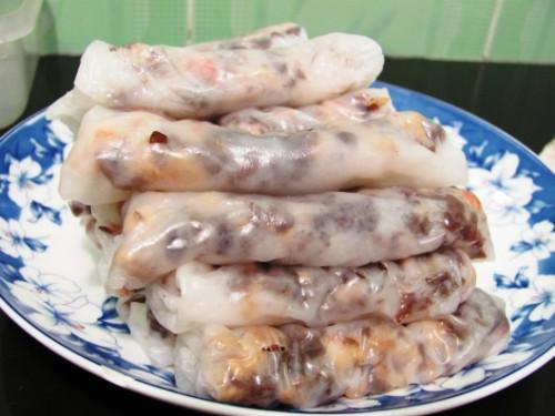 Người Thanh Hóa ăn bánh cuốn cùng chả nướng than hoa. Ảnh: wordpress.com