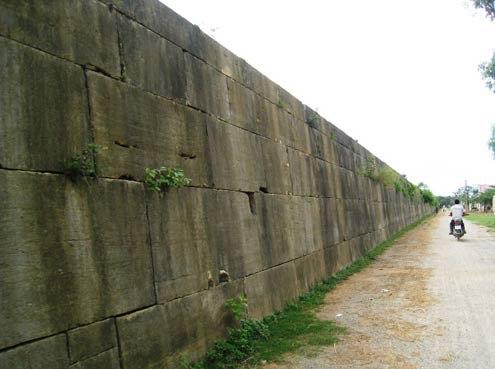 Trải qua hơn 600 năm với những thăng trầm của lịch sử và tác động của thời tiết, tường thành phía ngoài còn khá nguyên vẹn. Ảnh: Lê Hoàng.