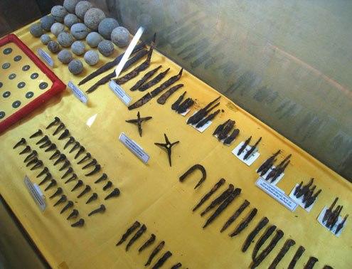 Trong số hàng nghìn hiện vật được khai quật ở thành nhà Hồ, có nhiều loại vũ khí gồm đạn đá, chông sắt bốn cạnh, mũi dao, mũi tên, đinh thuyền... Ảnh: Lê Hoàng